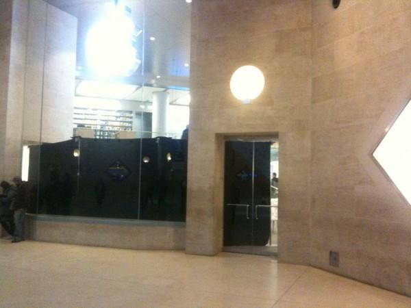 Rideaux noirs sur les vitrines de l'Apple Store du Louvre