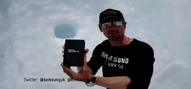 Kenton Cool avec un Galaxy S 2 en haut de l'Everest