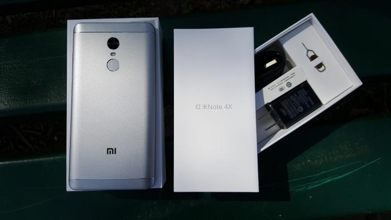 Le Redmi Note 4X Est Livre Dans Une Boite Blanche Dont Les Seules Inscriptions Sont On Ne Voit Ni Visuel Caracteristiques De Lappareil